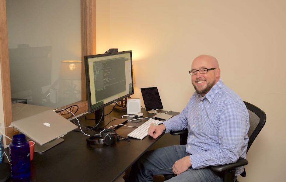 bill at desk using customer service messaging software