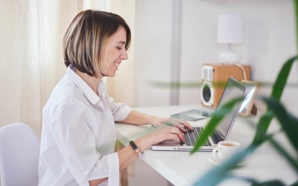 Call center agent messaging customers remotely from home